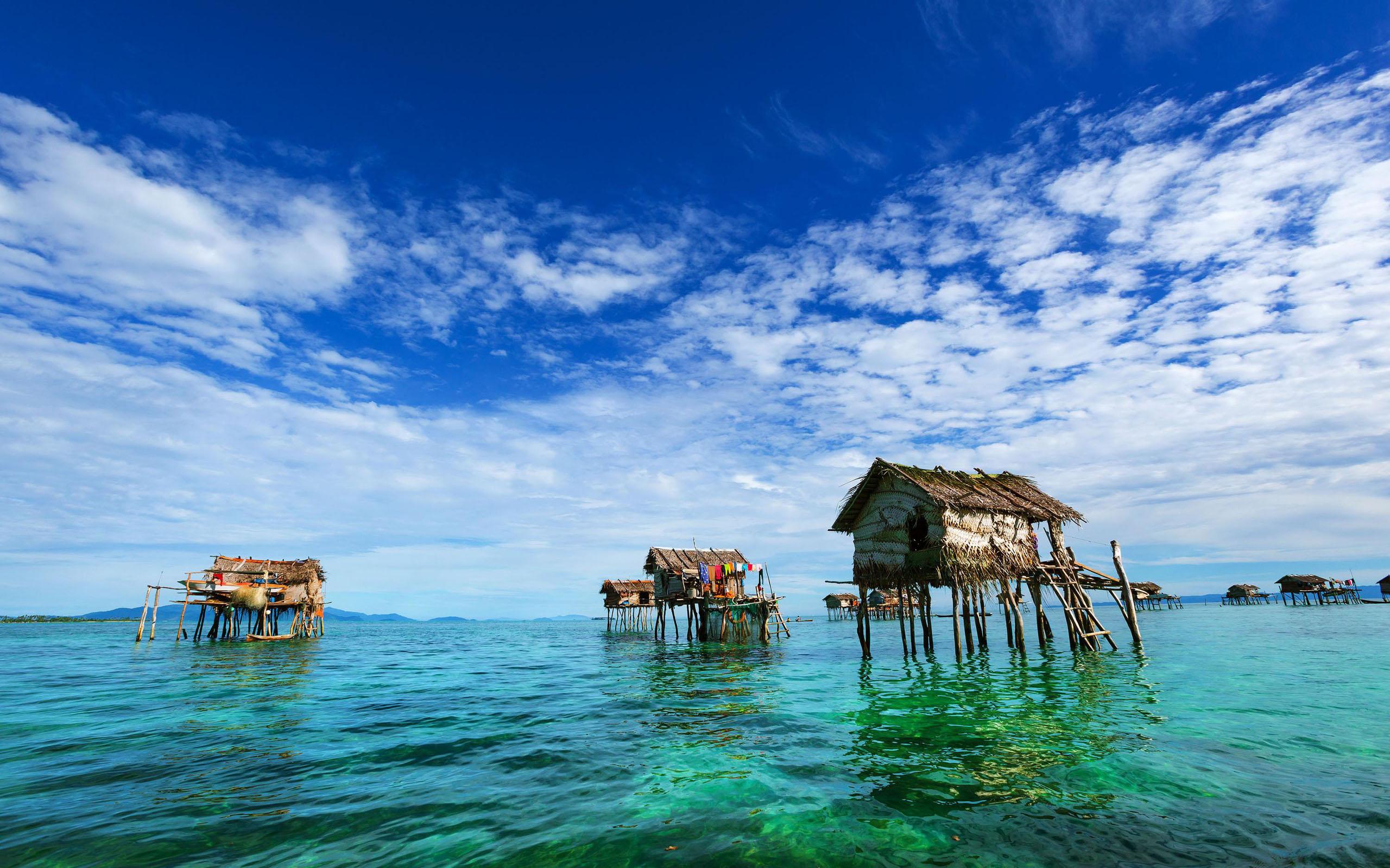 从仙本那乘坐快艇1小时到达马步岛,入住。晕船的队员请乘坐快艇后面哦。入住后我们就乘快艇到马布岛浮潜点去浮潜,在马布岛欣赏海上日落。当然在这里深潜,还是可以考虑的。马步岛周围有许多的潜点,海水通透而平静,数不清的珊瑚礁游弋着不同的生物,遍地的海星..到了马步岛,你就步入了最天堂的原始岛屿。 来到海岛,当然每天都可以品尝价廉物美的新鲜生龙虾、濑尿虾、东星斑、还有各中叫不上名字的海鱼,海胆,鱿鱼,价格便宜到你想象不到,哈哈! 旅行体验:关于马步岛住宿条件,我们的旅行理念是深度的了解和体验这个国家真正的人文,而不
